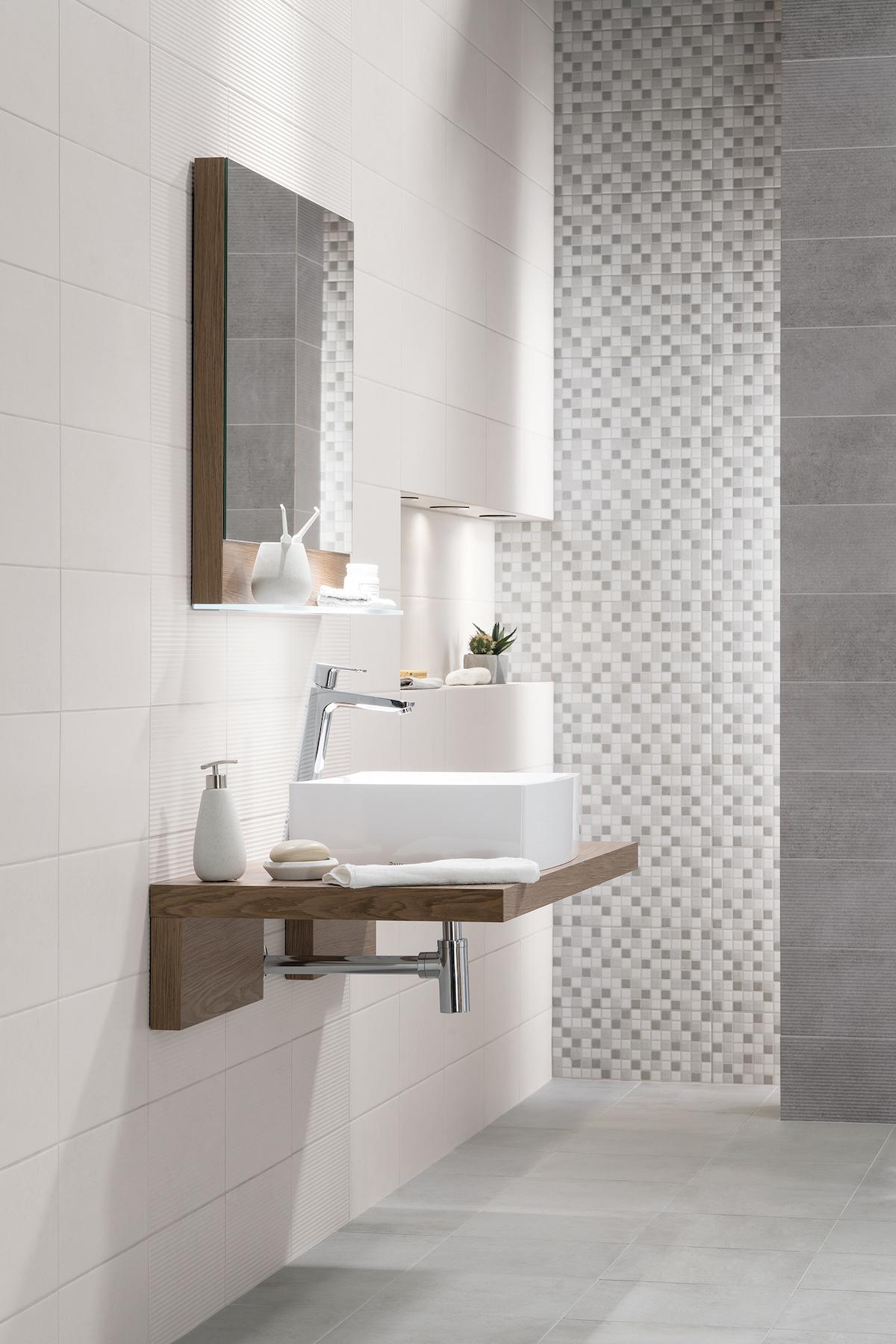 Bílá koupelna s hranatým umyvadlem