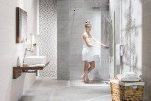 Šedá koupelna sprchový kout a žena