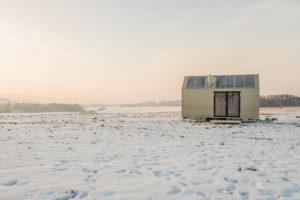 Mobilní dům na kolech na zasněžené louce