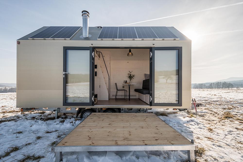 Otevřená mobilní chatka s terasou