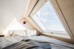 Spací část pod strešním oknem