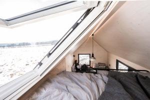 Spací část pod otevřeným strešním oknem