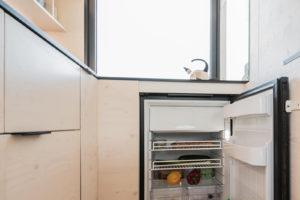 Otevřená lednice v malé lince