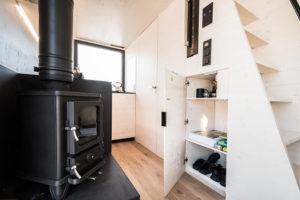 Kuchyň s úložními prostormi v chatce