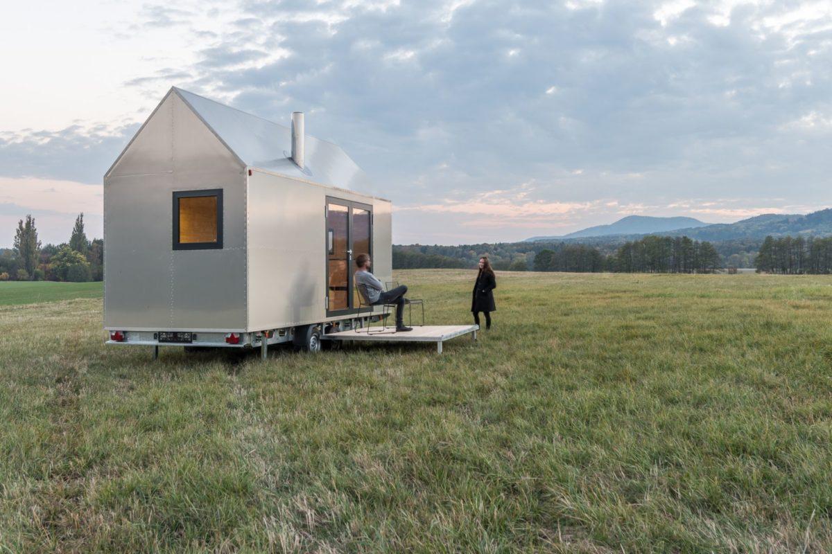 Nezávislé mobilní bydlení je nyní ještě komfortnější! Malý domek překvapí i spalovacím záchodem