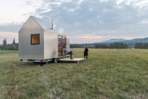 Mobilní dům na kolech s terasou na louce