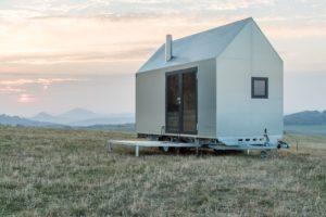 Mobilní dům na kolech na louce