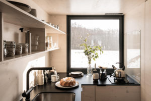 Kuchyň v chatce s velkým oknem