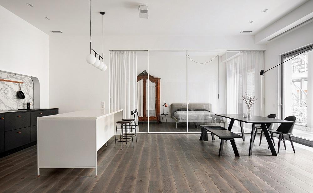 Moderní obývací část so skleněnou příčkou do ložnice