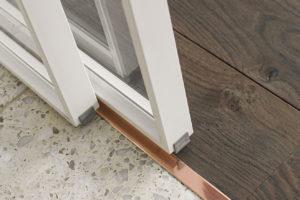 Měděný detail u dveří