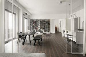 Obývací pokoj s jídelnou oddělen skleněnou příčkou