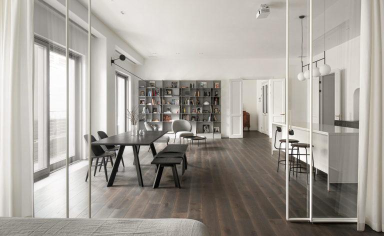 V bytě kombinovali minimalismus s klasikou. Výsledek je překvapivě čistý a příjemný