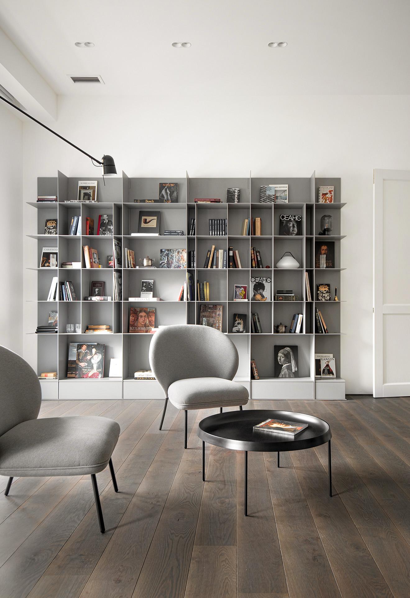 Kovová šedá knihovna a sezení