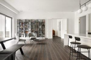 Moderní obývací část s knihovnou a barovým pultem