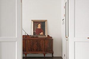 Starožitná komoda v dvokřídlých otevřených dveřích