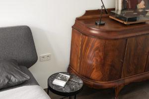 Ložnice se starožitnou komodou