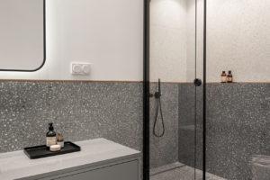 Terazzo koupelna se sprchovým koutem