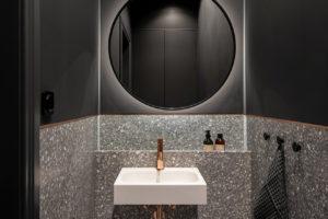 Terazzo koupelna s měděnými detaily