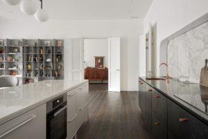 Černobílá kuchyň v otevřeném prostoru