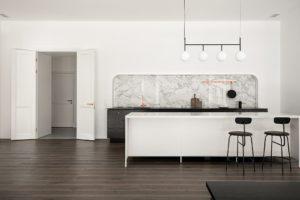 Kuchyň s bilým barovým pultem