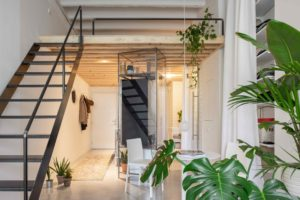 Příjemný loft s bílými stěnami