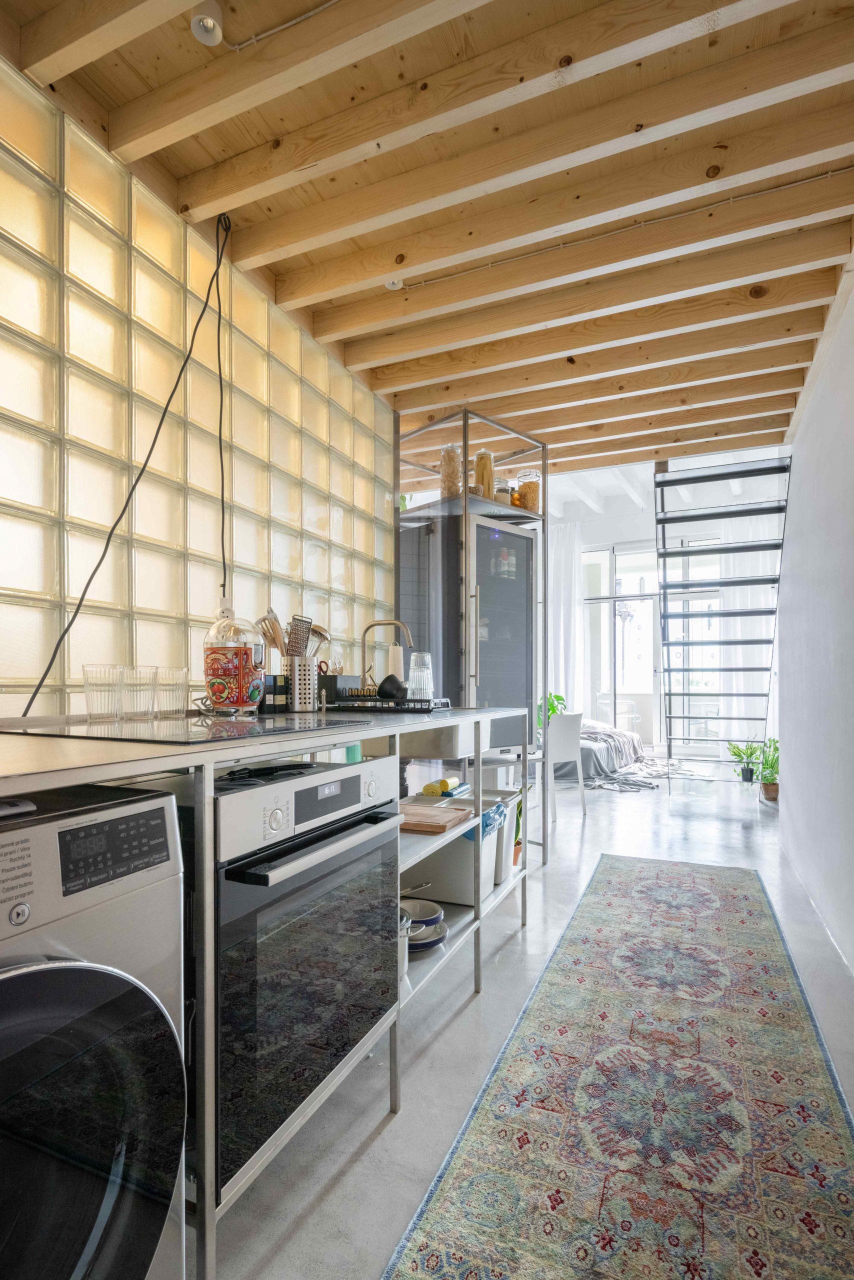 Stěna z průsvitných skleněných tvárnic v kuchyni