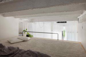 Spací koutek pod betonovým stropem