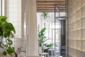 Stěna z průsvitných skleněných tvárnic v koupelně