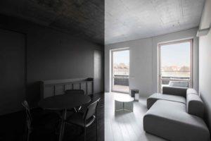 Černobílý byt s velkými oknami