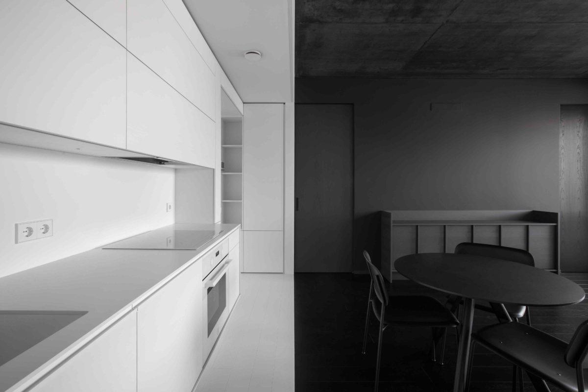 Malý byt vyskládali jako černobílé origami a vytvořili jedinečný prostor