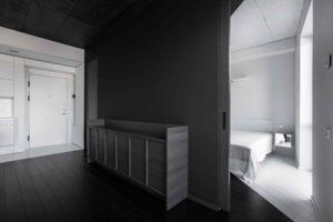 Vchod do bílé ložnice z černé obývačky
