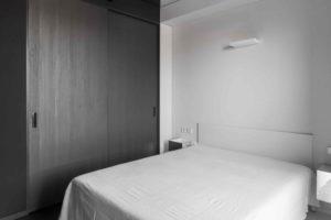 Bílá ložnice s černou skříní