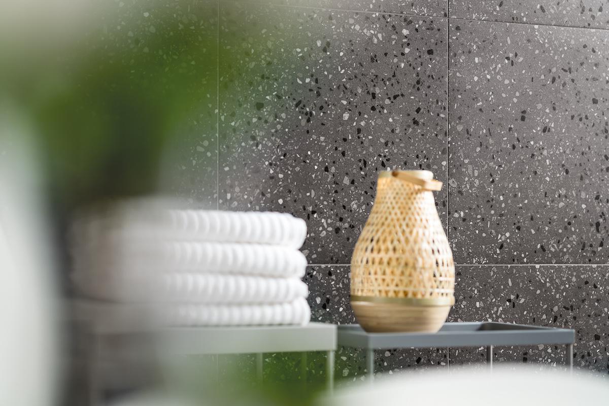 Ručníky a dizajnová váza v koupelně