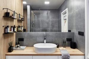 Bílošedá koupelna s bambusem
