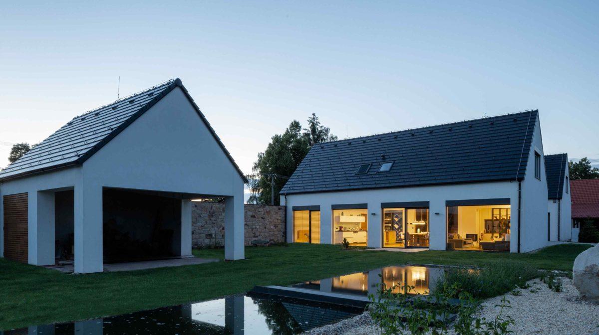 Moderní usedlost v Jižních Čechách navázala na tradiční lidovou architekturu
