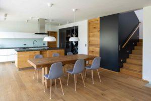 Jídelna a kuchyň v šedé s dřevem