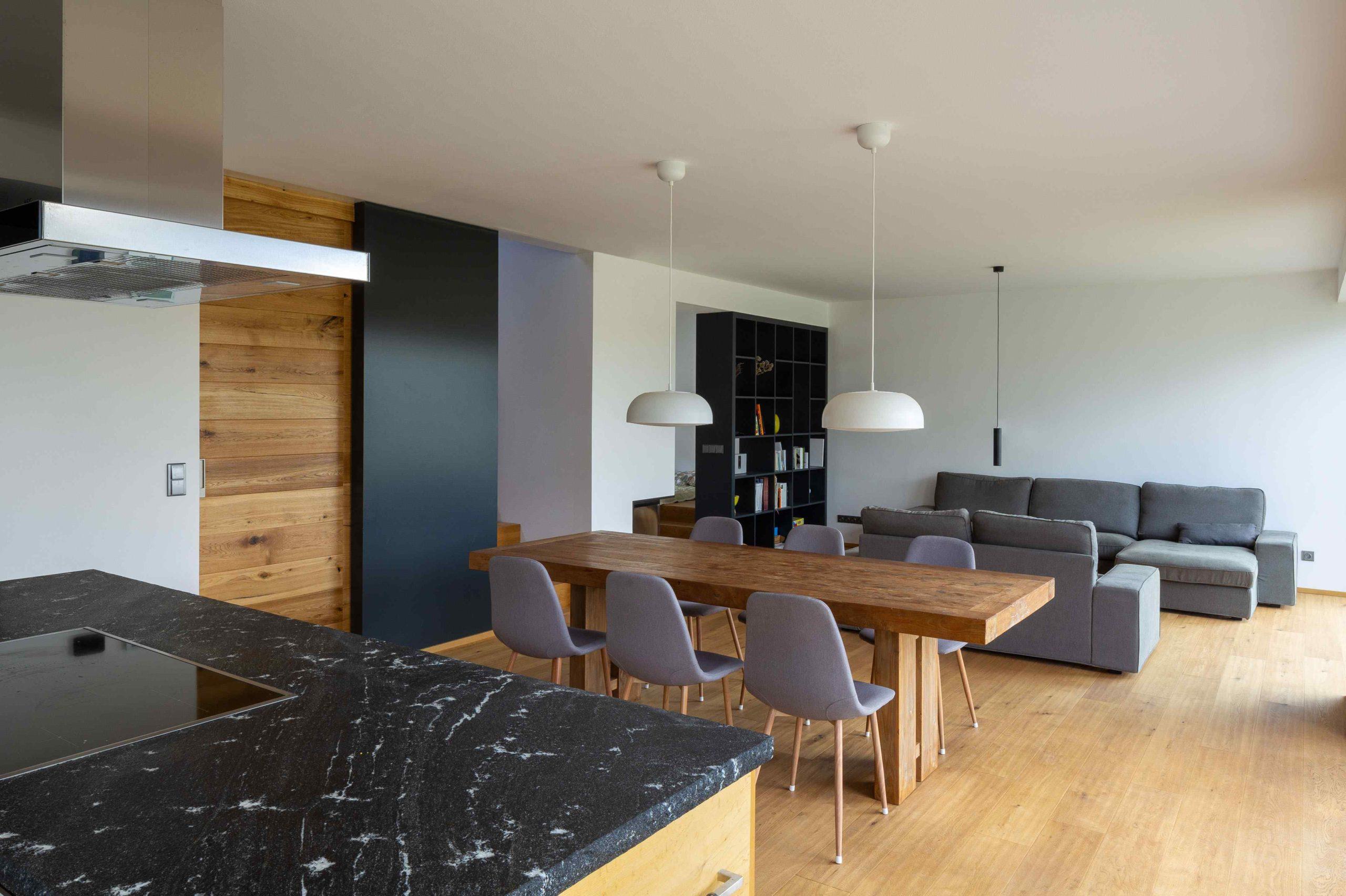 Jídelna a obývák v šedé s dřevem