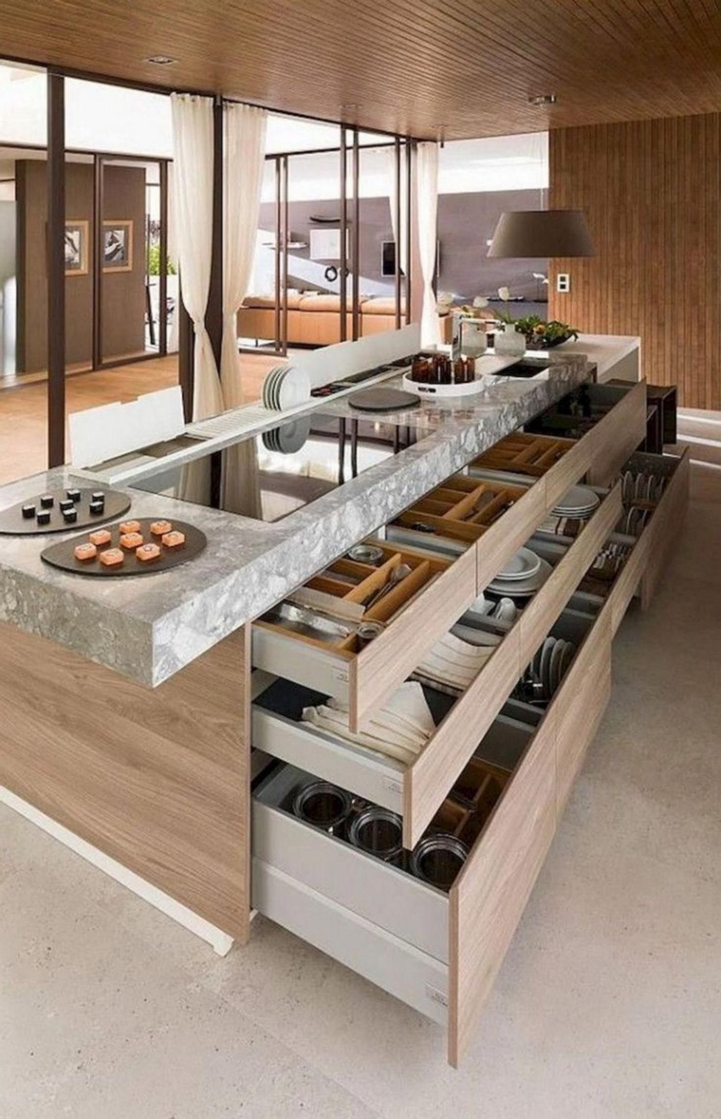 Kuchyňská linka s otevřenými šuplíky