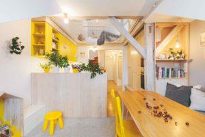 Podkrovní byt se žlutými doplnky