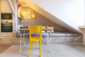 Podkroví s relaxačním prostorem a žlutá židle