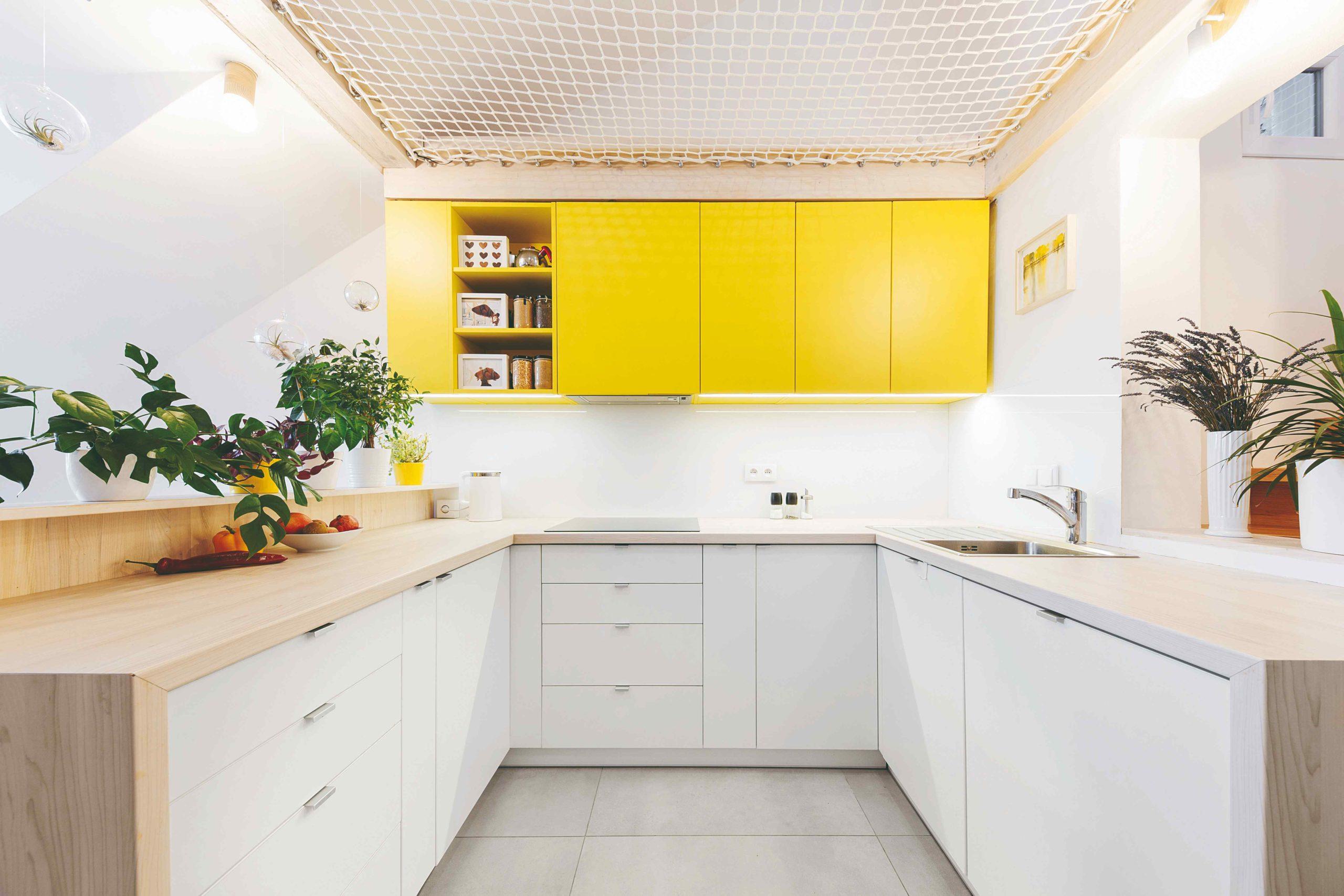 Kuchyň so žlutými skříňkami