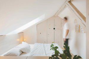 Ložnice s praktickou šatnou pod šikmou střechou