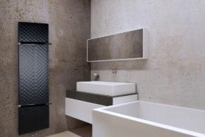 Tenký radiátor v koupelně s vanou