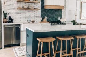 Kuchyň se smaragdovo zeleným ostruvkem