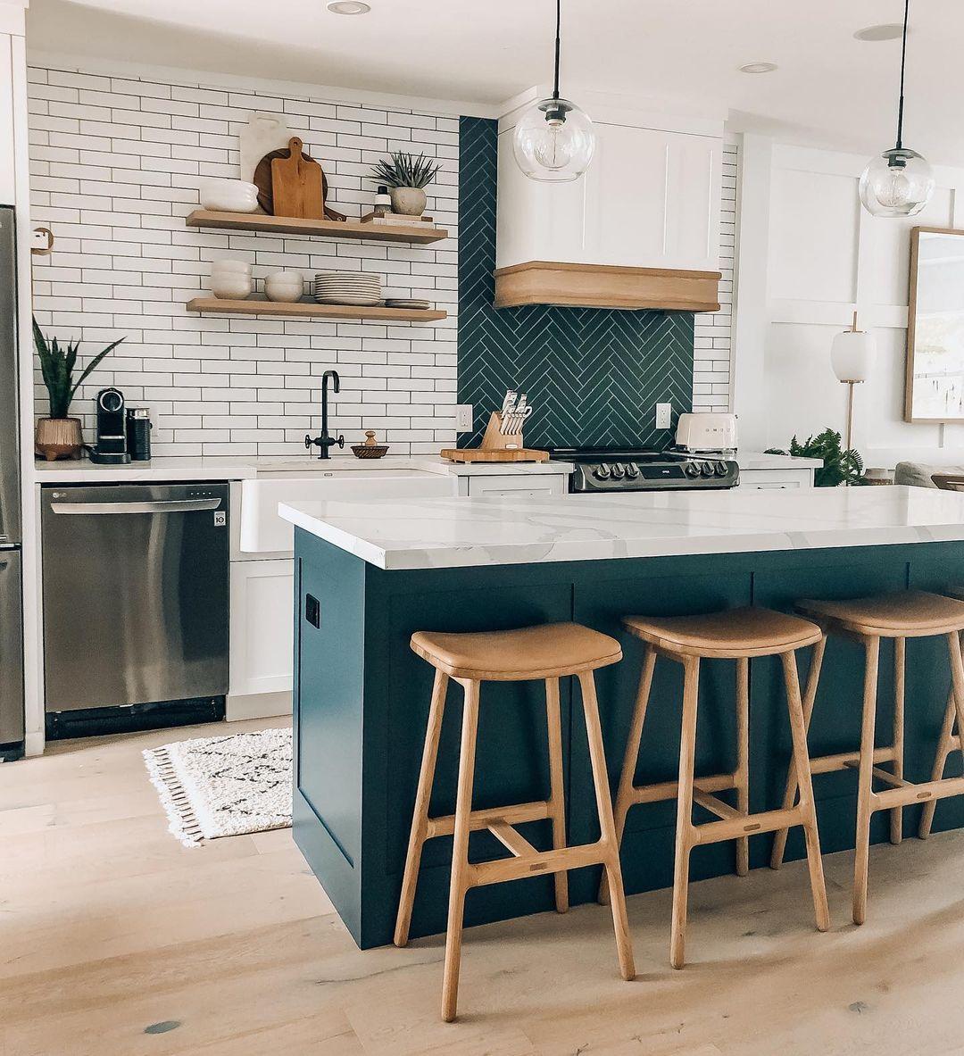 Kuchyň se smaragdovo zeleným ostrůvkem