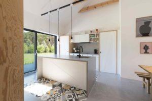 Kuchyň s bílou linkou s východem do zahrady