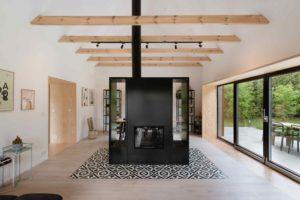 Jídelna a obývací pokoj s masivním krbem z černé oceli