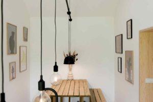 Dřevěná lavice v jídelne