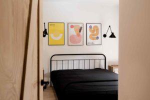 Ložnice s černou postelí