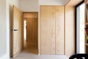 Chodba a dveře z překližky
